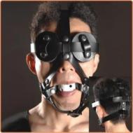Maski suupallolla ja silmälapuilla